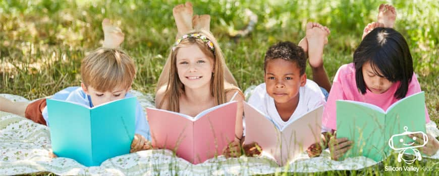 Kinder lernen in den Sommerferien
