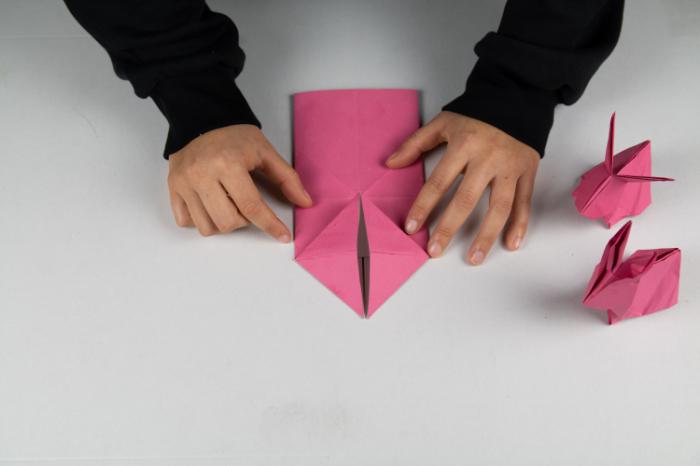 Den Origami Osterhasen umdrehen