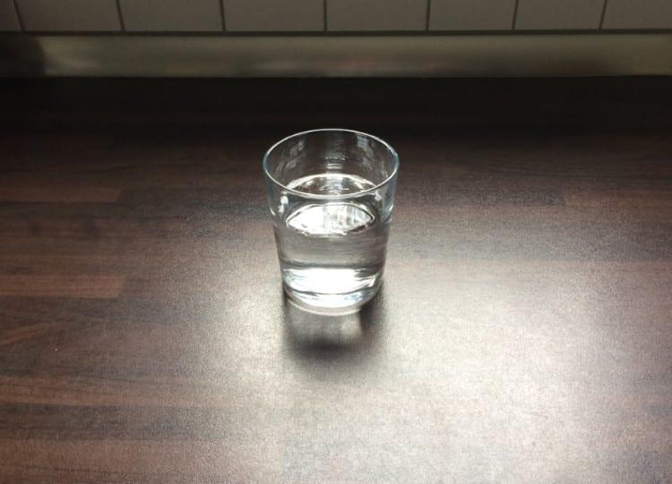Eiertest: Glas mit Wasser befüllen