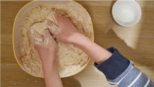 Kinetic Sand: Mehl und Öl vermengen